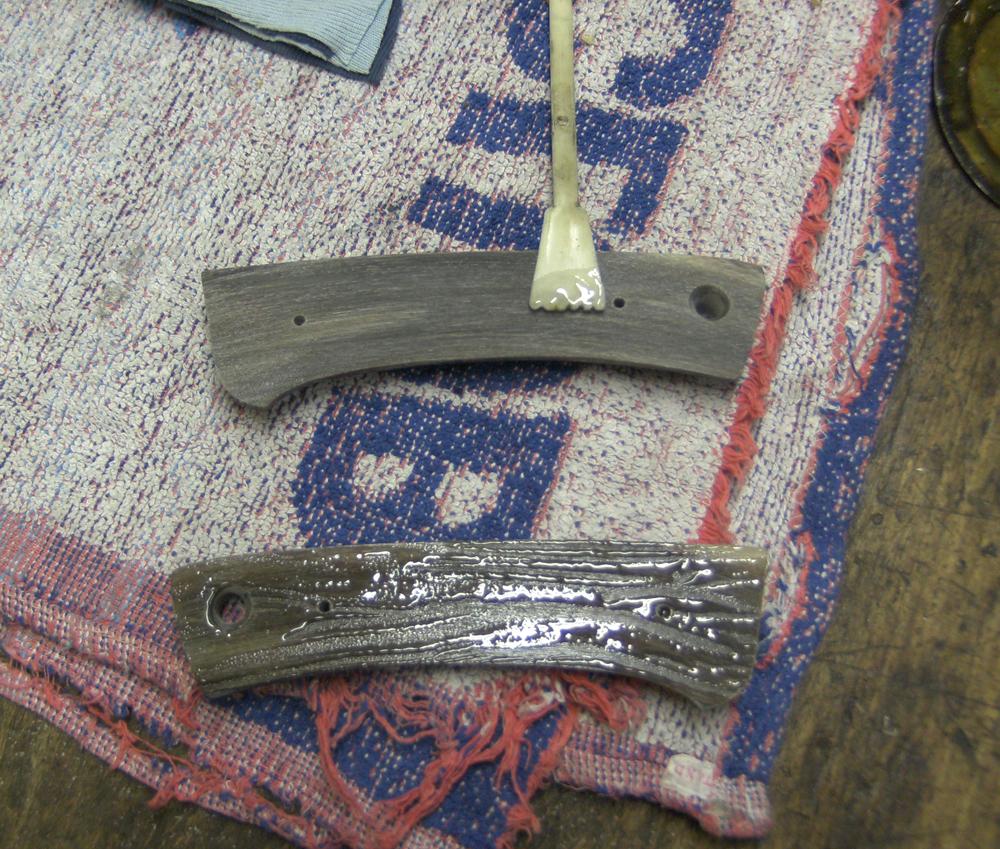 11 Horn Griffschalen werden mit Kleber bestrichen